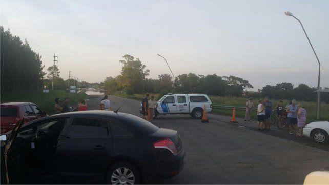 Una persona alcanzó a escapar de su camioneta cuando la llevaba el agua