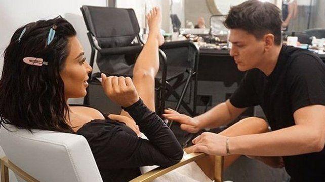 Se filtraron fotos de Kim Kardashian mientras le maquillaban sus partes íntimas
