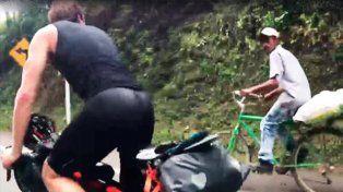 Un campesino colombiano de 63 años ridiculiza a dos triatletas en bicicleta