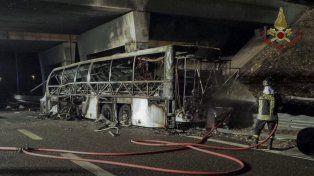 Al menos 16 muertos al incendiarse un ómnibus que trasladaba estudiantes en el norte de Italia