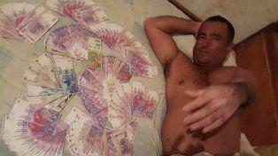 Un concejal publicó una foto en donde se lo ve semidesnudo y rodeado de billetes