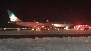El avión de Aerolíneas Argentinas fue asistido en la pista del aeropuerto de Nueva York. (Foto: ABC7NY)
