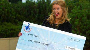 Ganó una fortuna y ahora pretende denunciar a la lotería por arruinarle la vida