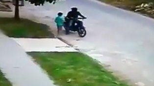 Un motochorro le robó la plata a un nene de 6 años que iba a hacer las compras al almacén