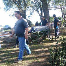 Personal de la policía se llevó el féretro donde fue enterrado el cadáver hallado mutilado en Miramar.