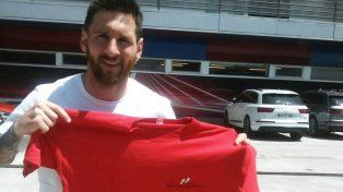 Messi posa con la camiseta de la organización Haciendo Camino.