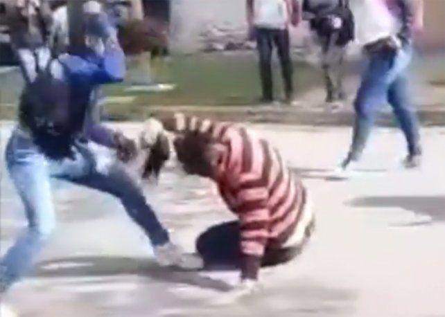 Las adolescentes se tomaron brutalmente a golpes en la puerta de una escuela.