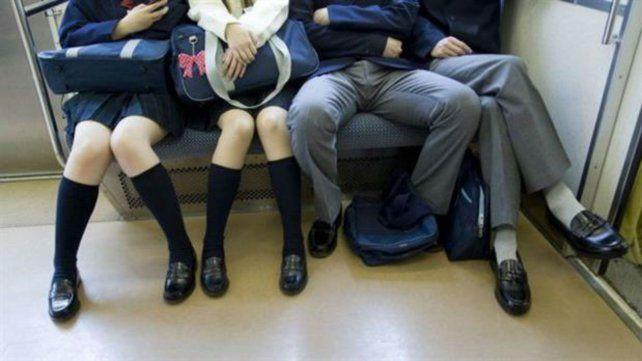 Instan a los hombres a no sentarse con las piernas abiertas en los colectivos