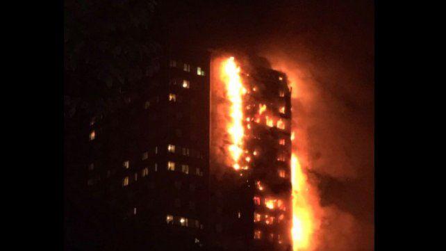 Las llamas cubrieron todo el edificio.