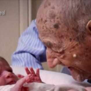 las palabras de un anciano de 112 anos a un recien nacido son furor en las redes