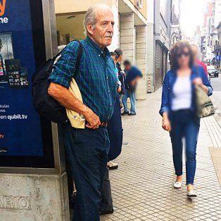 Sciara en la parada de ómnibus de Laprida y San Juan.