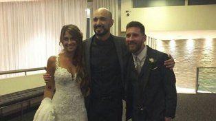 Juntos. Abel Pintos posó junto a Leo Messi y Anto Roccuzzo antes del civil.