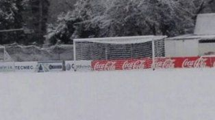 Una cancha en Mendoza amaneció bajo la nieve.