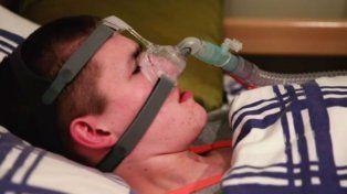 El joven británico depende de un respirador articifical para dormir y no morir.