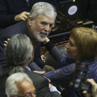 Conserva los fueros. Julio De Vido celebra con los legisladores del Frente para la Victoria su permanencía en la Cámara.