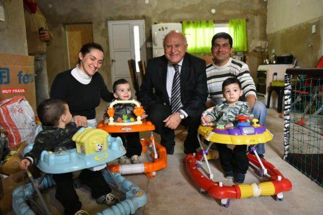 El gobernador Miguel Lifschitz visitó a una familia que tuvo trillizos en Serodino.