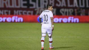 El volante rojinegro subasta la primera camiseta que usó en la primera de Newells para ayudar a Santino Escoz.