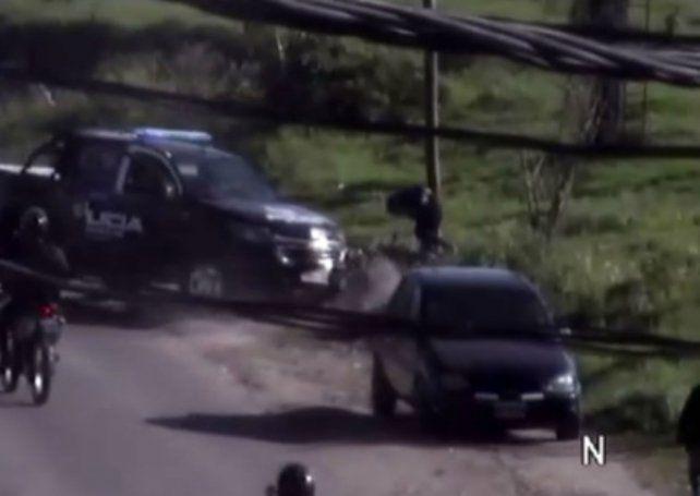 Un video registra como un móvil policial embiste a un motociclista que escapó de un control