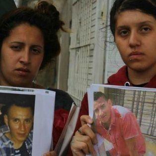 Las hermanas de la víctima, con la foto del prófugo.
