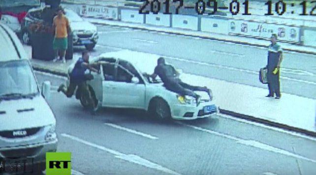 Huyó de un control vehicular con un policía en el capot