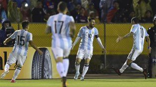 La figura de la noche. Leo Messi convirtió tres goles y metió a Argentina en el próximo Mundial.