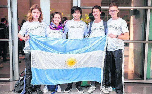 Ganadores. Los tres jóvenes de la provincia de Santa Fe y los dos bonaerenses que obtuvieron medallas.