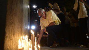 Dolor. Allegados a las víctimas encendieron velas en memoria de los rosarinos fallecidos.