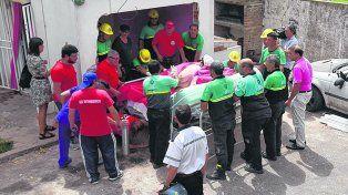 al hospital. Bomberos y operarios de Defensa Civil ya derribaron la pared y se aprestan a trasladar a Isabella.