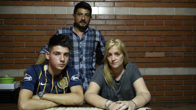 Mateo junto a sus papás. El chico no pudo asistir al acto de colación de la secundaria.