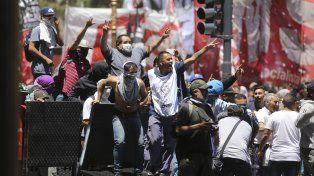 Graves incidentes entre manifestantes y la policía en cercanías del Congreso de la Nación
