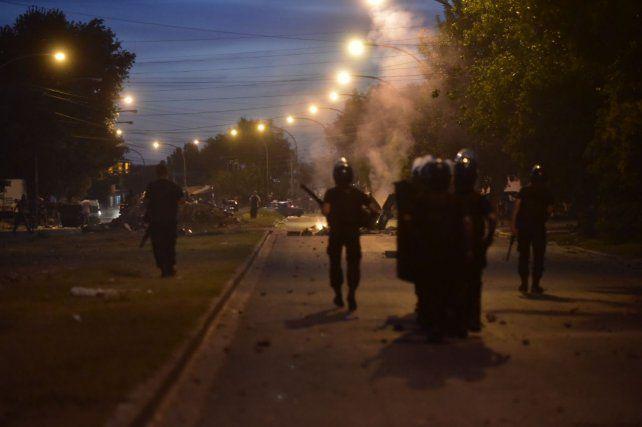 Un policía herido durante los incidentes entre vecinos y uniformados en Rosario
