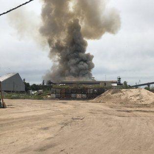 Una columna de humo se elevó de la planta cerealera de Puerto General San Martín.