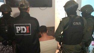 Efectivos de PDI y Gendarmería custodian a Funes esta mañana tras detenerlo en Callao al 3800.