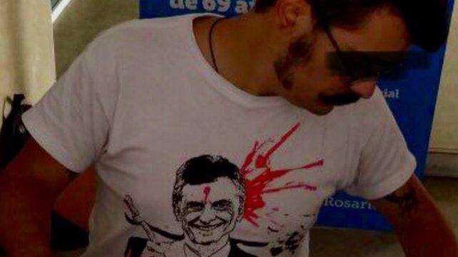 Polémica por empleado municipal que atiende con remera que agravia a Macri