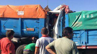 Autopista: el chofer que quedó atrapado en un camión fue rescatado con vida