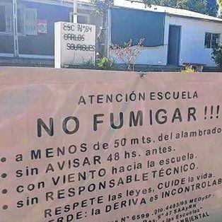 caso omiso. En el frente de la escuela de San José, cerca de la ciudad de Colón, recuerdan la ley vigente.