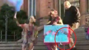 Un cura sacó a patadas a una joven en las escalinatas de la iglesia