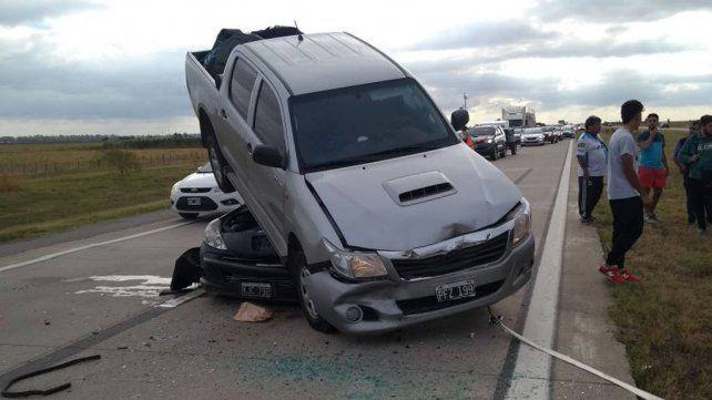 La Toyota Hilux quedó montada sobre el Peugeot 207 negro