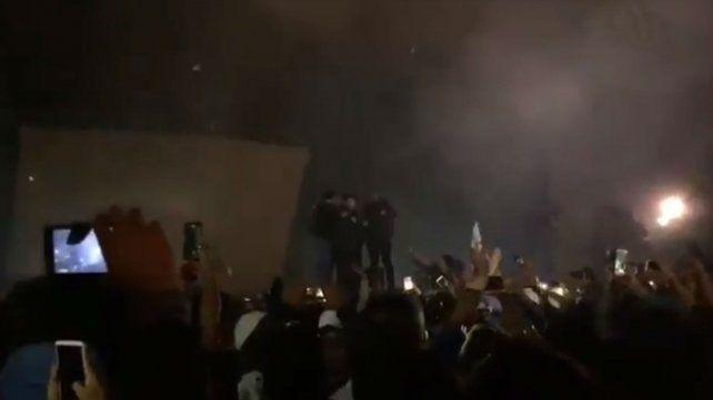 Pity Álvarez llegó seis horas tarde a un recital y le prendieron fuego al escenario
