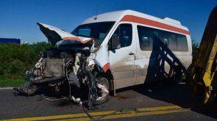 El transporte de pasajeros que chocó contra el automóvil.