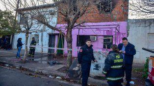Bomberos y policías trabajan esta mañana en el lugar de la tragedia.