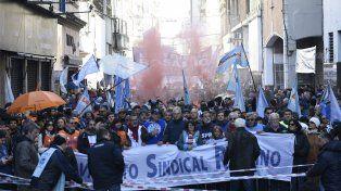 Los trabajadores santafesinos marcharon, en Rosario, en contra de las políticas del gobierno nacional.