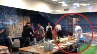 Quién es el hombre que se puso a comer mientras Maradona se descompensaba