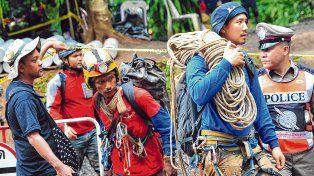 Alegría. Los rescatistas tailandeses encontraron a los niños sanos y salvos luego de buscarlos en la cueva inundada durante nueve días.