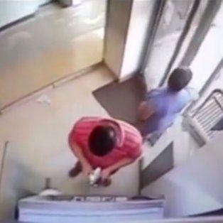 un video muestra como estafan en los cajeros automaticos