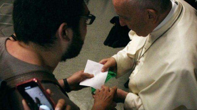 Califican de trampael pañuelo verde que le regalaron al Papa