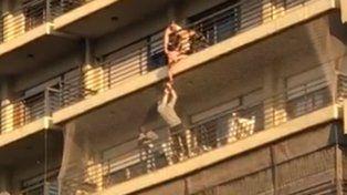 Rescatan a un nene que quedó colgado de un octavo piso