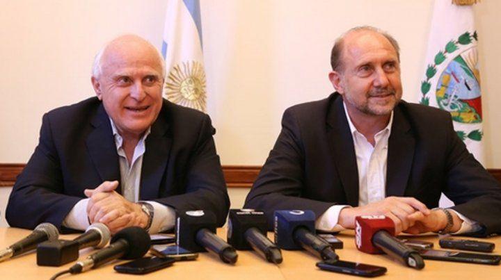 Otros tiempos. El gobernador Miguel Lifschitz y el gobernador electo Omar Perotti  sonrientes en una reciente conferencia de prensa.