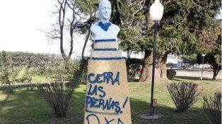 Pintaron un busto de Eva Perón con leyendas antiaborto en Godoy