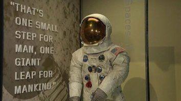 El traje espacial que usó Neil Armstrong fue restaurado.